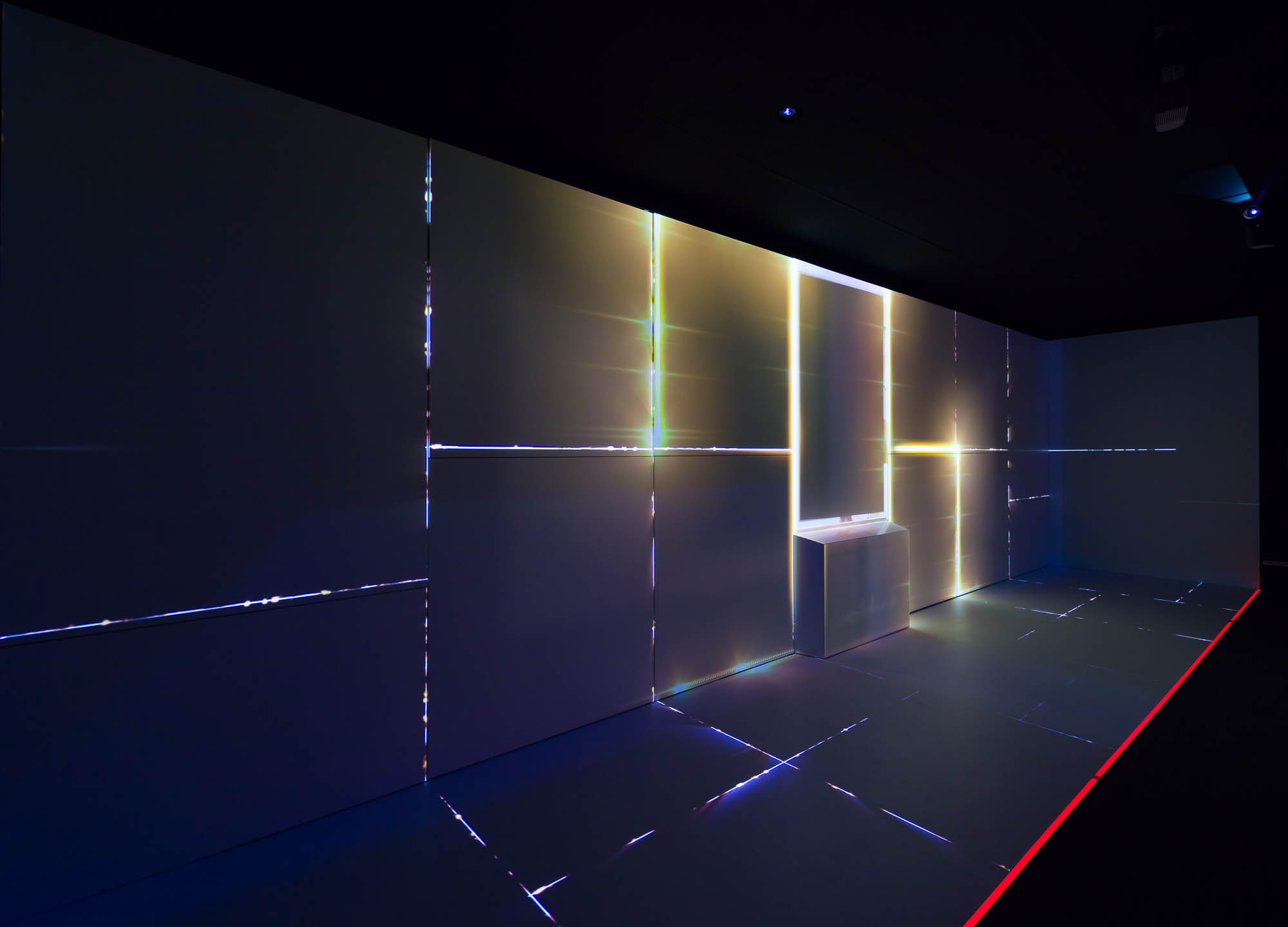 Projection on wall: light emerges between dark surfaces