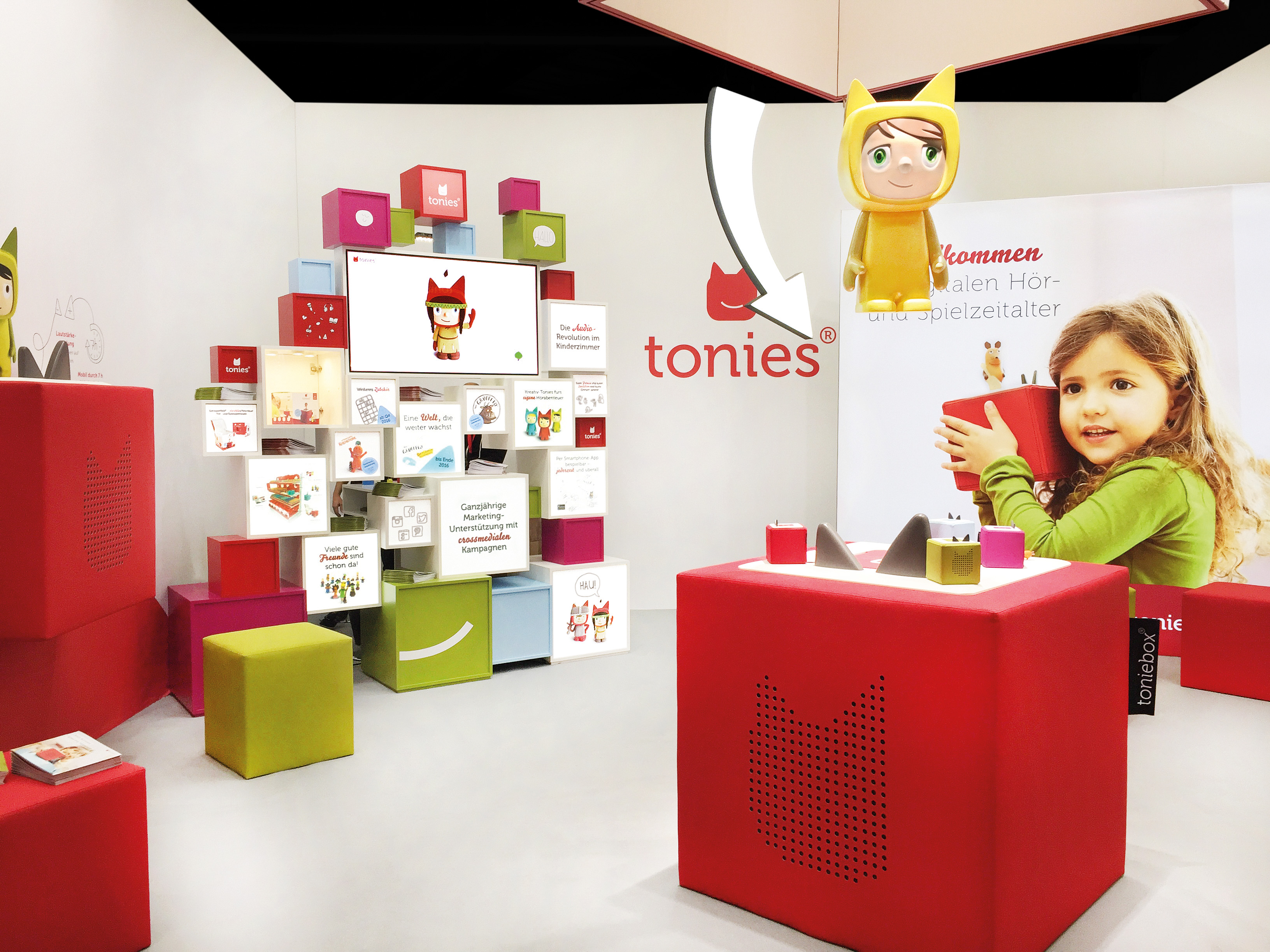 Boxine booth at the toy fair with many colorful cubes